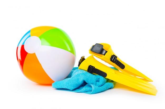 Óculos de proteção, snorkel e nadadeiras do equipamento de mergulho no fundo branco.