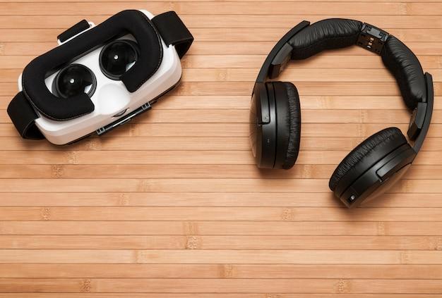 Óculos de realidade virtual com fones de ouvido.