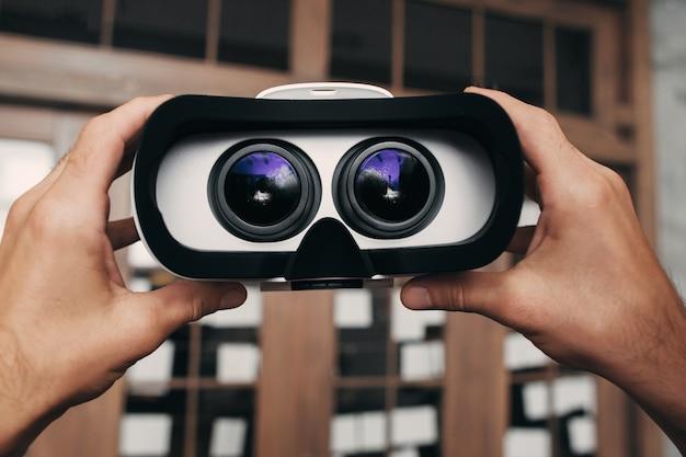 Óculos de realidade virtual com imagem dentro.