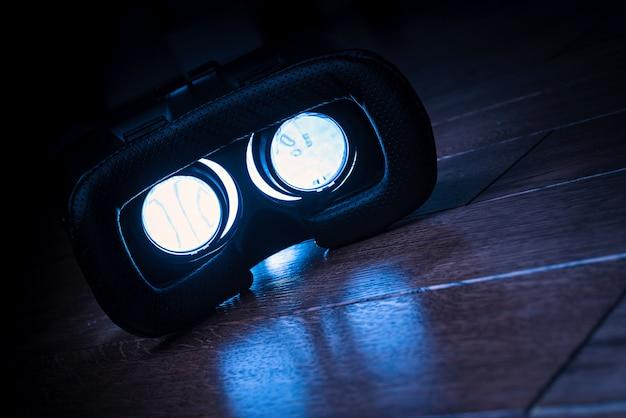 Óculos de realidade virtual com smartphone, em fundo escuro. vr