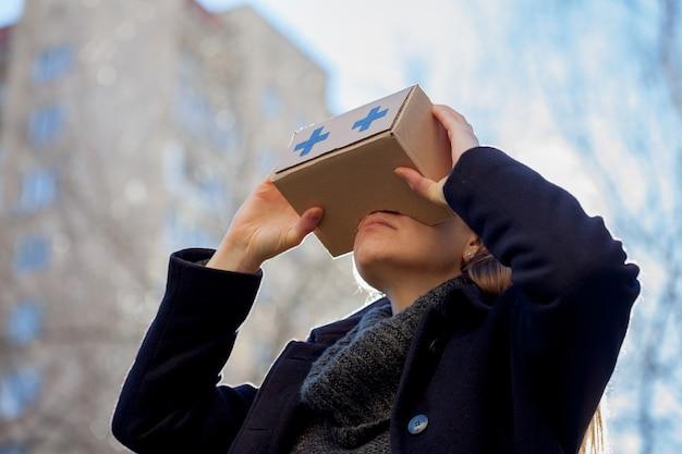 Óculos de realidade virtual de papelão