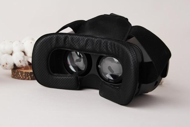 Óculos de realidade virtual e smartphone em fundo branco. a realidade virtual é um cenário gerado por computador