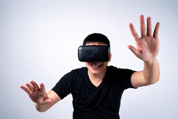 Óculos de realidade virtual vr de óculos de proteção, homem em entretenimento digital de uso 3d.