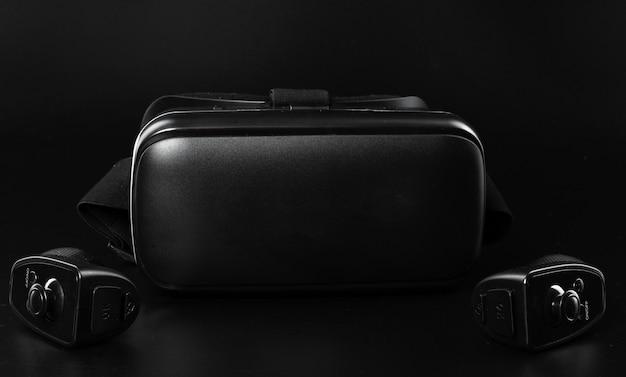 Óculos de realidade virtual vr em uma mesa preta.