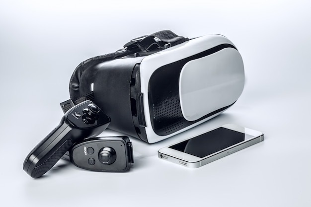 Óculos de rv e smartphone isolado