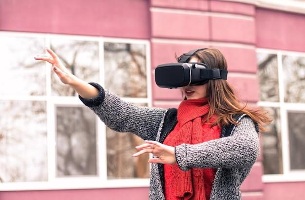 Óculos de rv linda garota brincando com um fone de ouvido de realidade virtual ou óculos 3d