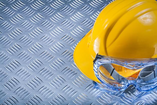 Óculos de segurança, capacete de construção em chapa ondulada