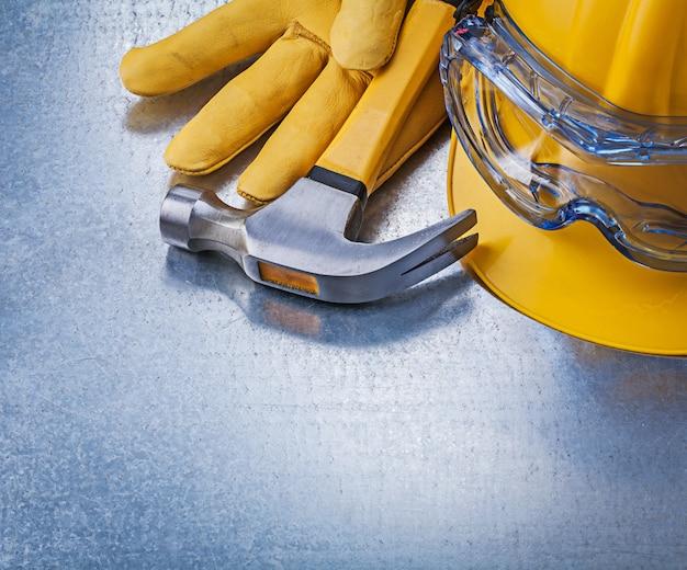 Óculos de segurança capacete luvas de couro martelo, conceito de construção