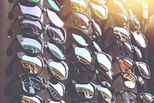 Óculos de sol baratos no mercado local de domingo na tailândia