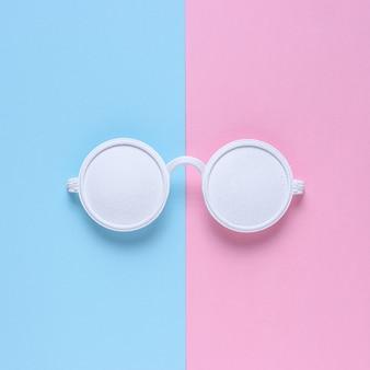 Óculos de sol brancos isolados em rosa e azul