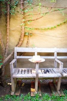 Óculos de sol com chapéu de palha vintage fasion na cadeira