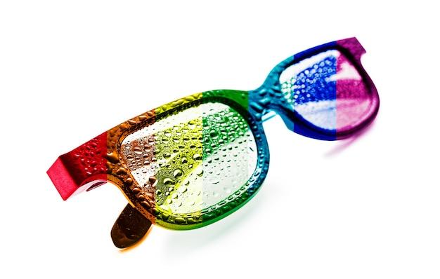 Óculos de sol com transparência da bandeira do arco-íris da comunidade lgbt com gotas de orvalho. conceito: movimento lgbt.