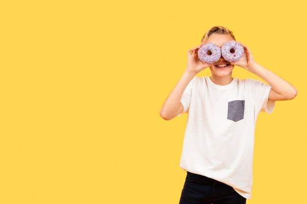 Óculos de sol cópia espaço de donuts