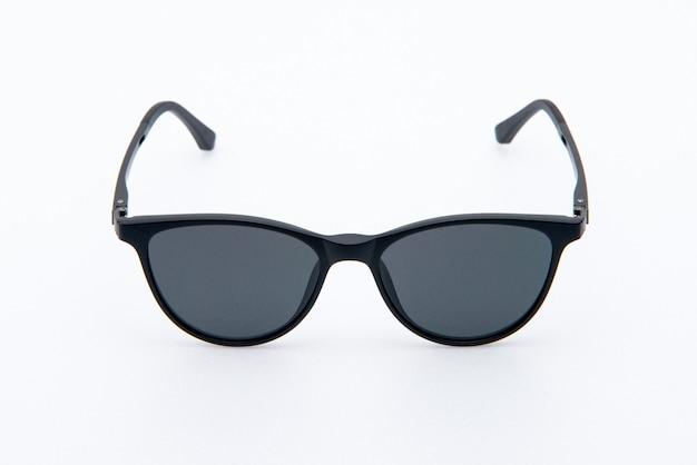 Óculos de sol da moda armações pretas sobre fundo branco