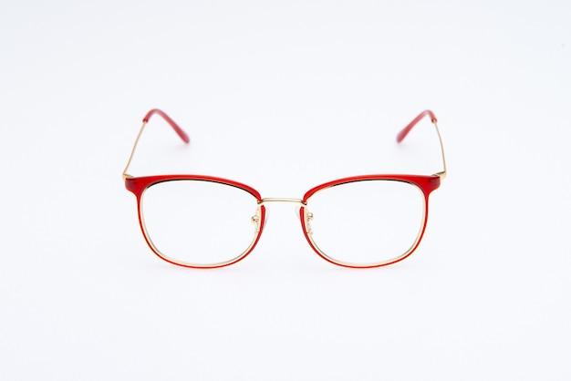 Óculos de sol da moda com armações de dois tons em fundo branco
