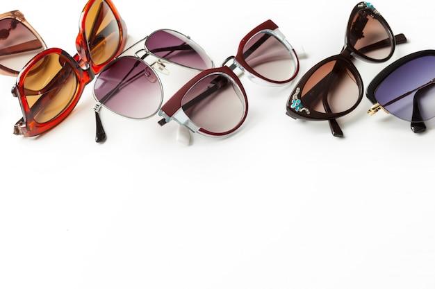 Óculos de sol da moda isolado no branco