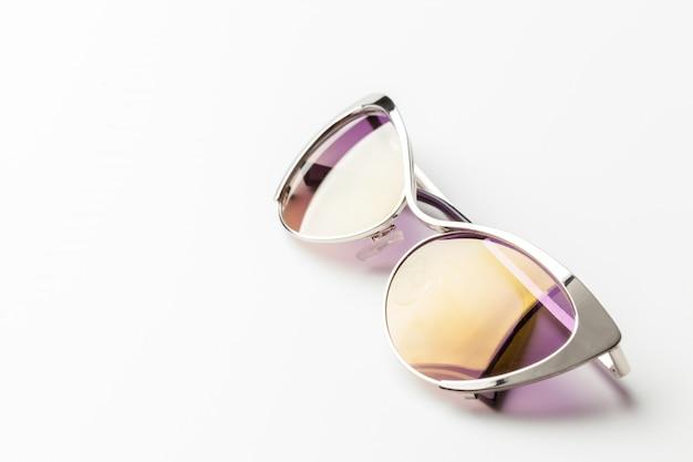 Óculos de sol da moda isolados no branco