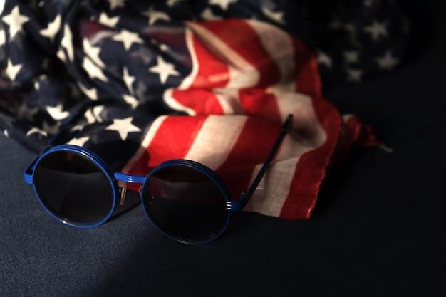 Óculos de sol e bandeira americana 4 de julho celebração do dia da independência eua.