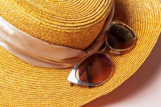 Óculos de sol e chapéu de verão