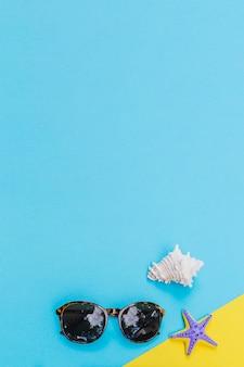 Óculos de sol e conchas marinhas