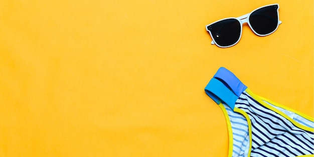 Óculos de sol e maiô branco