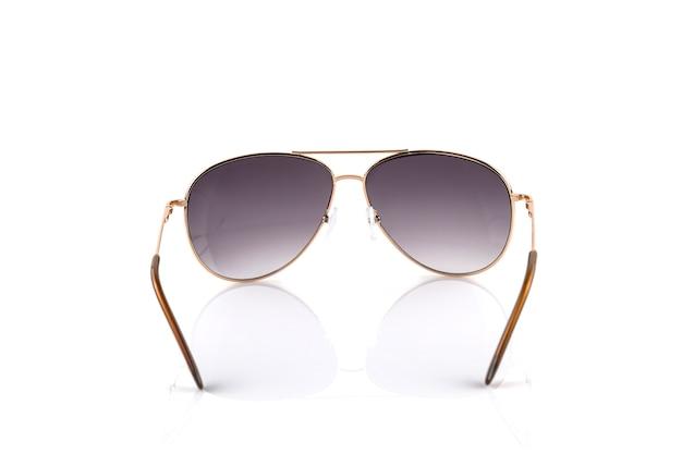Óculos de sol elegantes de ouro rosa isolados no fundo branco