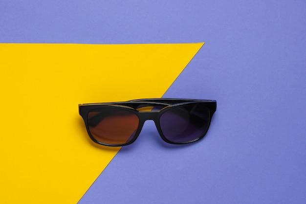 Óculos de sol elegantes em amarelo roxo
