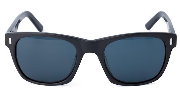 Óculos de sol elegantes isolados no fundo branco, close-up