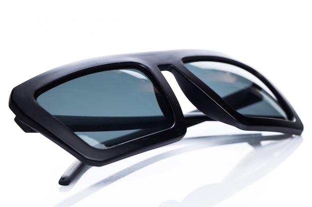 Óculos de sol em cima da mesa
