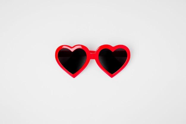 Óculos de sol em forma de coração em um fundo branco