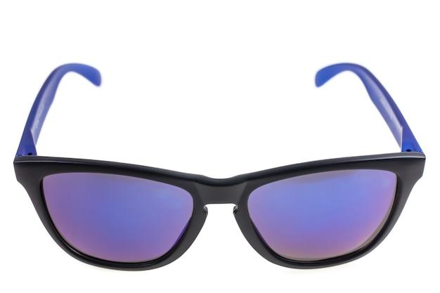 Óculos de sol em fundo branco.