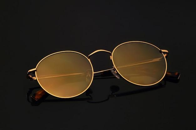 Óculos de sol em um fundo preto