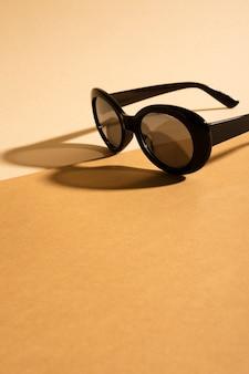 Óculos de sol em uma mesa com sombra