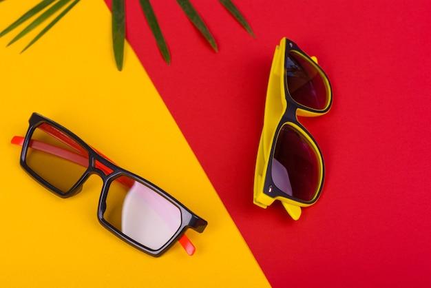 Óculos de sol em uma superfície colorida