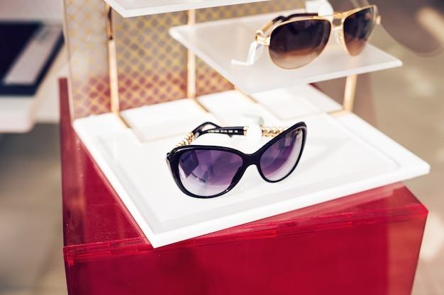 Óculos de sol exposição de moda na loja, estilo de vida hipster.