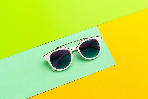 Óculos de sol femininos em um fundo colorido e vibrante