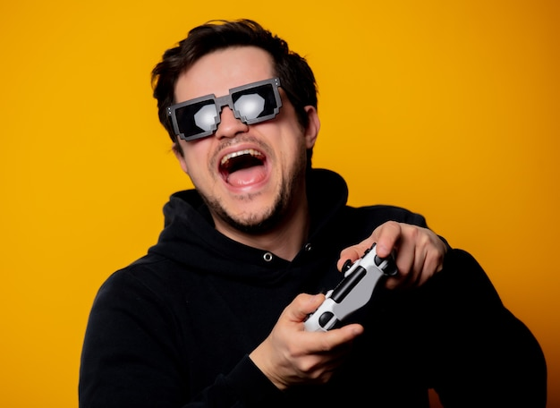 Óculos de sol homem brinca com um joystick