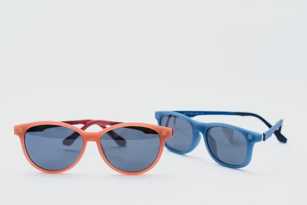 Óculos de sol isolados em fundo branco