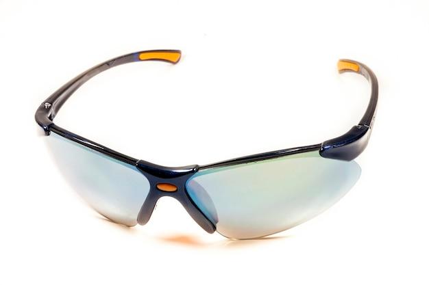 Óculos de sol isolados no branco