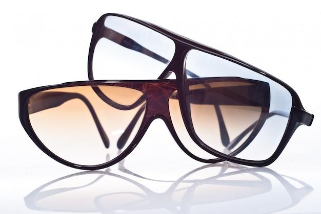 Óculos de sol isolados sobre o branco