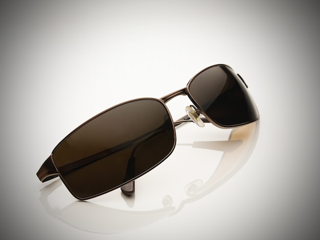 Óculos de sol masculino em branco