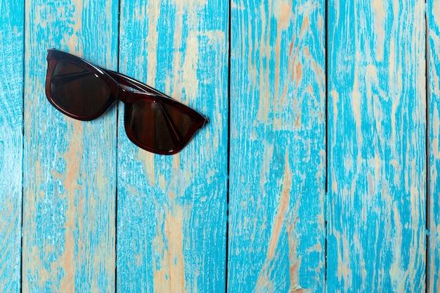 Óculos de sol na madeira