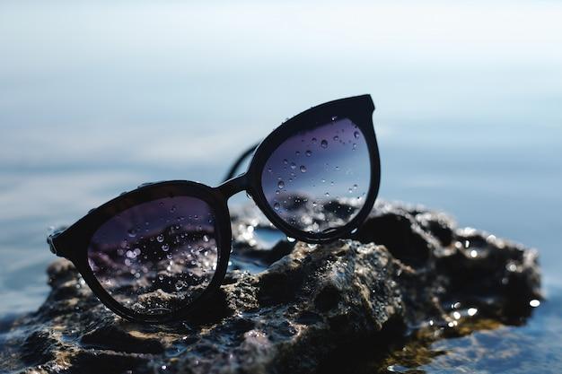 Óculos de sol na paisagem do mar