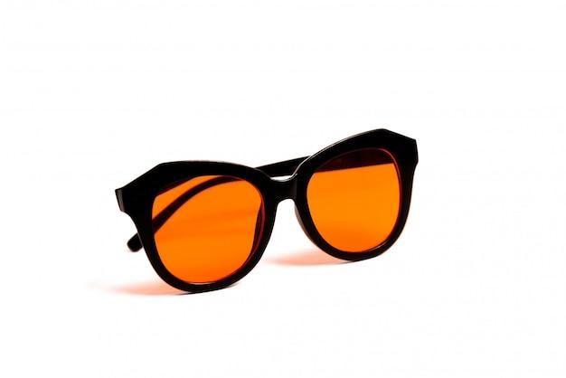 Óculos de sol pretos e lentes laranja isolados no branco