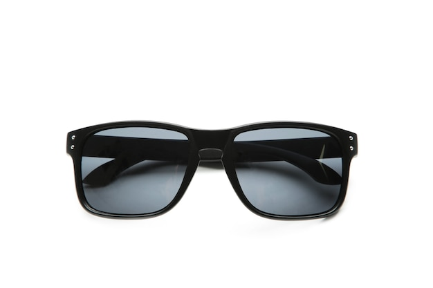Óculos de sol pretos isolados na superfície branca