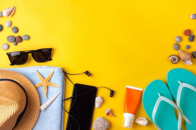 Óculos de sol, protetor solar, fones de ouvido, smartphone, toalha, chinelos.