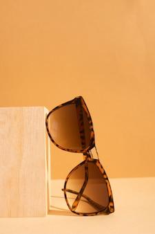 Óculos de sol retrô de close-up com armação de plástico