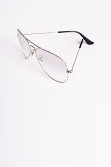 Óculos de sol retrô de close-up com espaço de cópia