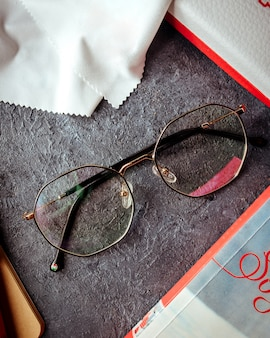Óculos de sol transparentes na superfície cinza