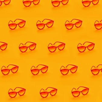 Óculos de sol vermelhos em amarelo